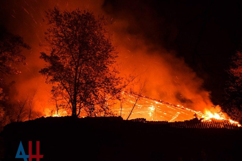 В Горловке на территории садового общества пожар уничтожил 20 дачных домов , фото-1